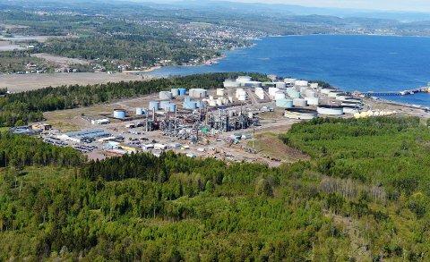 GRUNNSTØTTE: Det var i Bliksekilen, synlig her bak raffineriet på Slagentangen, at seilbåten grunnstøtte tirsdag ettermiddag.