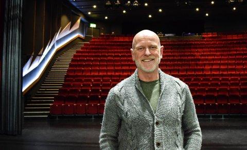 STUNTER: Ett år etter at Nøtterøy kulturhus måtte stenge på grunn av koronapandemien, åpner kulturhussjef Einar Schistad dørene for en kveld for å streame en helt spesiell og mystisk forestilling.