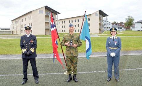 STOLT: Sjef KNM Harald Haarfagre Kommandør Ronny Kristoffersen og Sjef Luftforsvaret Generalmajor Tonje Skinnerland kan stolt kåre Nicolay Rowe (20) til den beste rekrutten