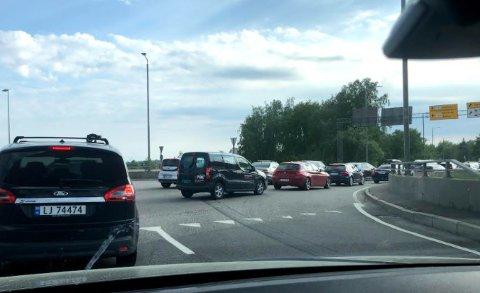 KØ: Det er lange køer som følge av veien er stengt.