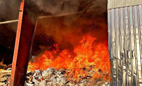 KRAFTIG BRANN: Slik så det ut i lagerhallen da brannvesenet kom på stedet.