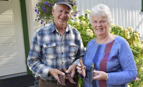 Samarbeider og deler hobby: Henry og Kari Lauvland har begge bestandig vært flinke til å jobbe med hendene. Nå har de 40-årsjubileum som knivmakere. Foto: A.D.