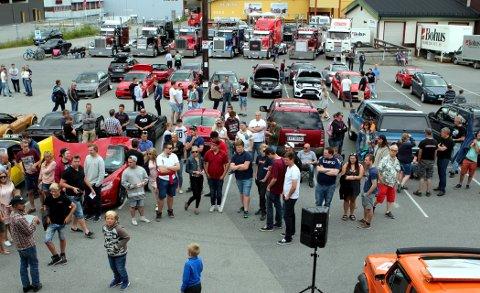 Stor interesse: 106 påmeldte biler og rundt 300 besøkende på utstillingen på Leira ifjor.