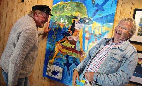Latter: Humor er et viktig element i kunsten til både Øivind Jorfald (t.v.) og Geir Børresen. Her foran bildet de to nylig malte sammen blant annet med inspirasjon fra Valdres. Øverst i venstre hjørne er Rundemellen malt.
