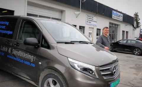 Ni ansatte. Ola Erik Melbye har lagt ned mye egeninnsats i det som har blitt et utvidet og moderne karosseri- og lakkverksted på Spikarmoen.