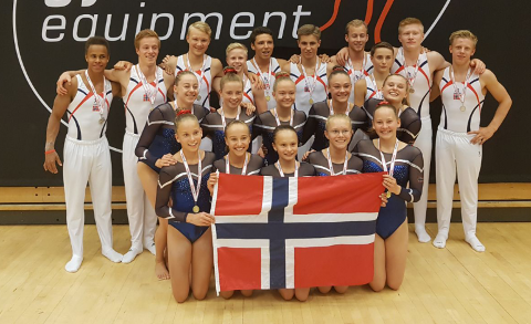 ALLE DE NORSKE: På dette bildet er Marie i midten foran, og Jacob ute til høyre.
