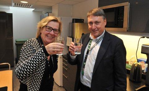 NORMAL FORSYNING:Ordfører Hilde Thorkildsen og varaordfører Inge Solli skåler i reint springvann på rådhuset mandag ettermiddag.