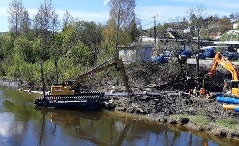 MULIGÅRSAK: Bilde fra våren 2019 der entreprenør Grimsrud på oppdrag fra Nittedal kommune graver ned ny avløps- og hovedvannledning, rett ved der det fire måneder senere gikk et kvikkleireskred.