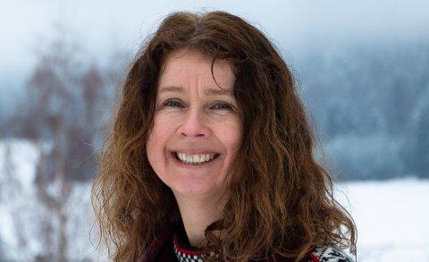 TRAVLE TIDER: Anne Hilde Røsvik på Rotnes har som jobb å svare landets helsevesen på spørsmål om koronasmitte.