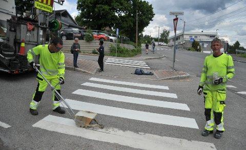 ÅRLIGRUNDE:Karl Hafstad (t.v.) og Haavard Sten fornyer gangfeltet i krysset Stasjonsveien - Sagerudveien.