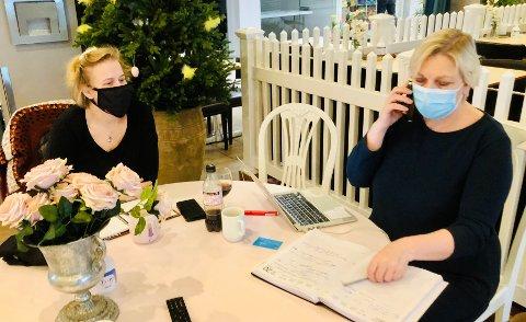 I dag har Berglund og Thune etablert kontor på et av kafébordene og ringer rundt til folk som har bestilt kaker.