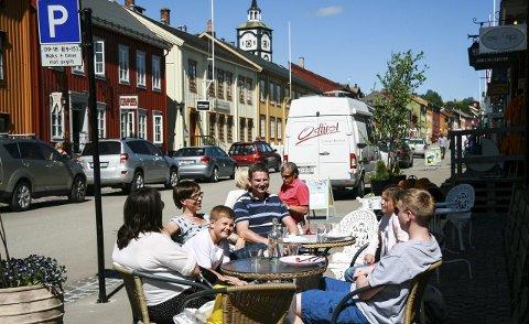 KAFÉLIV I BERGMANNSGATA: Familiene Iversen og Olsen Bjerka storkoste seg utenfor kafeen    Essence. Du skulle ha sett maten, sa en samstemt og veldig fornøyd vennegjeng.  Alle foto: Tove Digre
