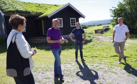 TRENGER FIBER: Jakob Nordstad (nummer to fra høyre) flytter hjem til Tynset. Han har både gard og utenomjobb, og trenger skikkelig nettkapasitet. Sp ivrer for fibersaken. Trygve Slagsvold Vedum til høyre, fra venstre Ragnhild Aashaug, og deretter NØK-sjef Ivar Often. Foto: Tonje Hovensjø Løkken
