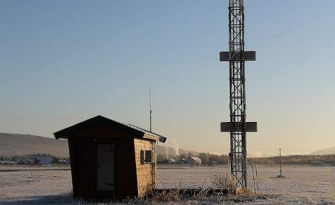 GLIDEBANEMAST: Bildet viser glidebanemasta ved Røros lufthavn. Glidebanen er en del av instrumentlandingssystemet, og gir ankommende fly korrekt innflygingsvinkel inn mot landing. Utstyret driftes av Avinor Flysikring.