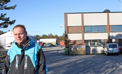 SNART BYGGESTART: Allerede i 2013 lanserte teknisk sjef i Røros kommune, Dag Øyen, planene for et teknisk senter på tomta som i utgangspunktet bygd som trafikkstasjon til Statens biltilsyn, rundt 1980.