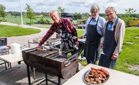 GRILLSJEFER: Sommerfestens grillsjfer er fra venstre Tore Husum, Erling Tveit, og grillvetaran Gunnar Skjelkvåle.
