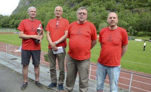 Bresjen for Hydro Cup: Fra venstre Odd Jostein Løseth med en av pokalene som skulle deles ut, Gunnar Olav Furu, Einar Samuelsen og Roger Furu.