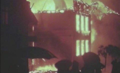 ENORMT: Bildet stammer fra en sjelden video av skolebrannen i Risør i 1968. Videoen ble vist på Risørhuset under et møte i «Risørs byhistorie» i fjor. Videoen kan sees på våre nettsider Austagderblad.no. Filmen tilhører Alf Jeppesen.Foto: arkiv
