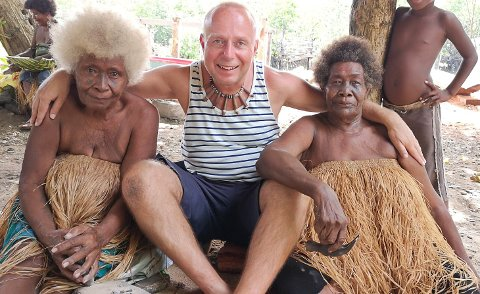 OPPTATT AV LOKALBEFOLKNINGEN: På sine reiser legger Gunnar Helås stor innsats i å møte de lokale. Her er han på øya Malaita i Salomonøyene, der de innfødte er kjent for sitt unike blonde hår.