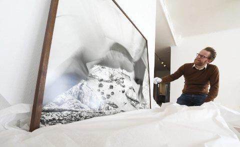 Skaddene: Kunstfotograf Ole Brodesen er klar for utstilling i kunstparken. Her pakker han ut bildet som han tok ute på Skadden ute i skjærgården. foto: Stig sandmo og danilo lucic