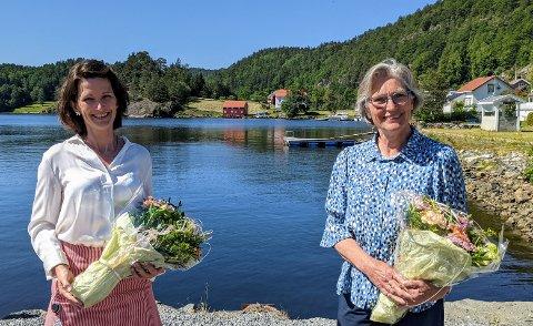 TAKK: Samfunnsplanlegger Sigrid Hellerdal Garthe (t.v) og kommunalsjef Søs Nysted hadde begge sitt siste møte med bystyret denne uken, som ble arrangert på Fjordheim på Søndeled. Det vanket godord, blomster og applaus fra forsamlingen under seansen.