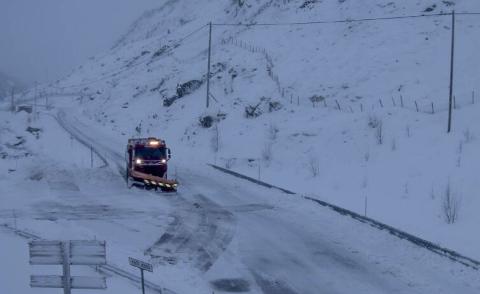 ØVSTABØ: fylkesvei 45 fra Tverråna til Gravassryggen bom ble stengt i går på grunn av snøvær og vind. Nå er veien åpen igjen.