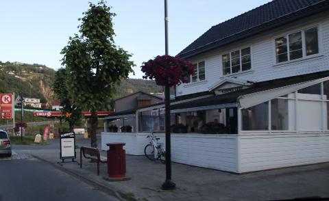 HJØRNA CAFE: Hjørna Cafe (bildet), La Strada Restaurant, Utvandrerfestivalen og Handelshuset Kvinesdal fikk gjennomslag for servering av øl på Streetfestivalen i Kvinesdal lørdag.