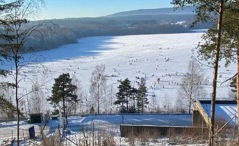 FULLT PÅ ISEN: Slik så det ut på Maridalsvannet søndag i 13-tiden. Det var anslagsvis hundre mennesker på isen i dette området.