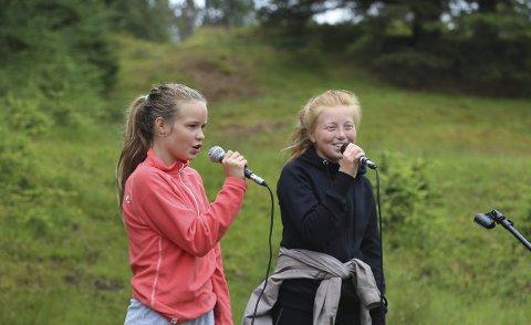«HVEM KAN SEGLA»: Ida Helen Tømmerbakke og Ine Malena Thomassen Berge underheldt med vakker song, mellom anna «Kven kan segla forutan vind».