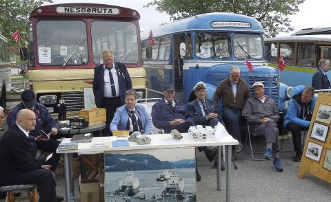Viste seg fram: Bussentusiastane i Rutebilhistorisk forening viste seg fram under landstreffet i Ulsteinvik. Premie for beste bil frå 1970-74 vart det også.alle foto: privat