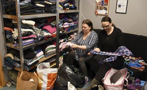 Travle dager: Janne Ursin (t.v.), Tone Stjerne og de andre ansatte på Hamarøy Vekst har hatt travle dager med å sortere klær i forkant av onsdagens åpning av det nye tilbudet på bedriften.