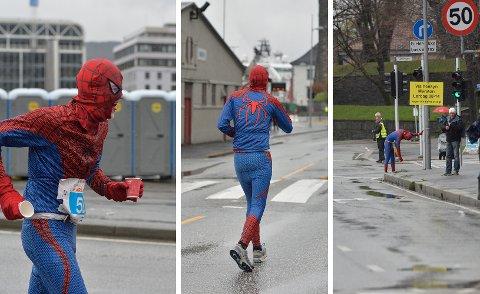 Dagens superhelt – litt tom for superkrefter. Petter Rognsvåg Henriksen var halvveis i maratonet sitt da han måtte ta seg en pust i bakken. Foto: RUNE JOHANSEN