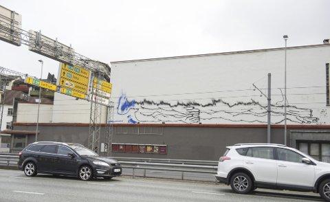 Ikke lenge etter at stillasene kom opp rundt forum så taggere sitt snitt til å «pynte» på den allerede slitte fasaden. – Dette er en utmattelseskrig. Forhåpentligvis minsker problemet når taggerne etter hvert blir voksne, sier en oppgitt Bjarte Ystebø.