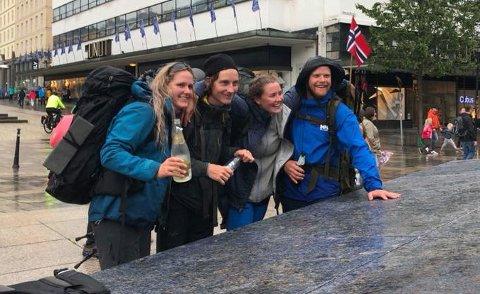Hele gjengen sprettet champagnen da de kom i mål på Den blå steinen lørdag ettermiddag. Fra venstre: Hannah Karlsen Wåltorp (28), Petter Wåltorp (24), Linn Christin Lund (28) og Alexander Ulvøy (25).