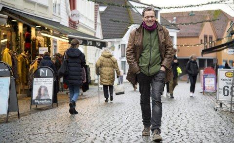 Truls Synnestvedt begynte som journalist i BA på 1960-tallet. Senere jobbet han også i blant annet                               Bergens Tidende. Han har gitt ut flere bøker – den siste er «Kjøss meg i ræven»