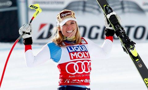 Lara Gut-Behrami jubler etter å ha vunnet Super-G-rennet i Cortina D'Ampezzo i januar. (AP Photo/Gabriele Facciotti)