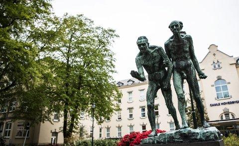 Utenfor den gamle hovedbygningen på Haukeland står Vigelands bronseskulptur «Tiggerne», som er over hundre år.   James Eves håper den kan bli like skinnende som «Mor og Barn». (Arkiv)