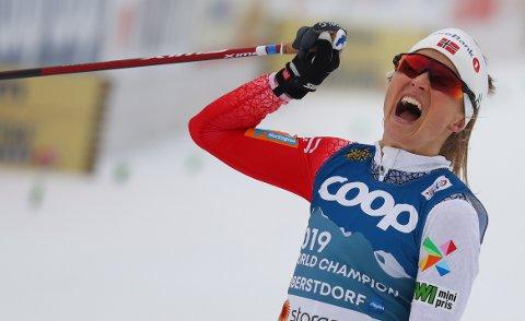 Therese Johaug feirer seieren i Oberstdorf.