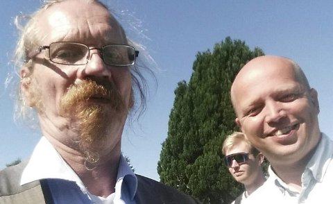MØTTE SJEFEN: Drosjesjåfør og lokalpolitiker for Senterpartiet, Stig Torgersen, møtte partileder Trygve Slagsvold Vedum i helgen. – Vi må reversere drosjereformen raskt etter valget, sier Vedum til BA.FOTO: PRIVAT