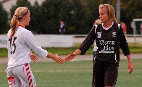Linn Økland takker motstander på Hinna 2 for kampen etter dommeren har blåst av kampen og fastsatt sluttresultet 5-3 til sorttrøyene.