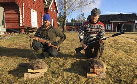 Fikk likt: Nesten på nøyaktig samme tidspunkt på hvert sitt sted langs Simoa felte Mats Tandberg (t.v.) og Henrik Fremgaard hver sin bever. BEGGE FOTO: Privat