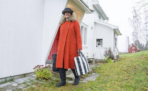 ALLTID PÅ FARTEN: Med to bæreposer fulle av hatter og luer reiser Signe Botnan rundt på torg og stands i hele landet for å selge produktene sine. Innimellom går også turen til Sri Lanka for oppfølging av systua.