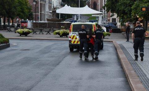 TATT MED: En mann i 40-årene ble tatt med av politiet fra Bragernes torg fredag kveld.
