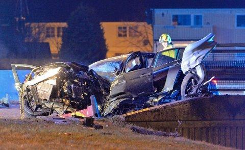 TOTALVRAK: Slik ble bilen seende ut etter den alvorlige trafikkulykka. Sjåføren ble sendt til Ullevål sykehus, mens passasjeren - en kamerat av ham - ble sendt til sykehuset i Drammen.