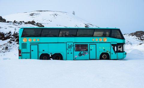TYDELIG: Bussen har verken skilt eller navn som tilsier hvem som eier eller har eid, men den er ikke vanskelig å se på den store parkeringsplassen i Storbukt.