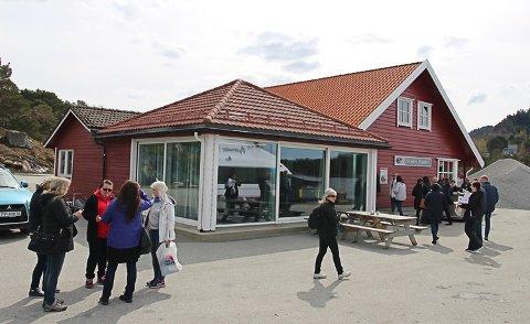 Nærbutikken på Svanøy og Svanøy Kro. Kanksje kan det bli døgnope butikk her?