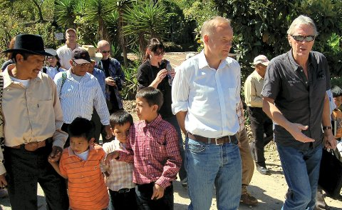 -en viktig støttespiller: Petter Skauen (til høyre) sammen med daværende ambassadør Lars Vaagen under et besøk i landsbyen Tierra Colorada ved San Martin i 2009. Arkivfoto: Øivind Lågbu