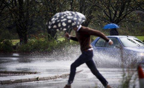 Kraftige byger: tirsdag kan det komme lokalt kraftige byger med torden.