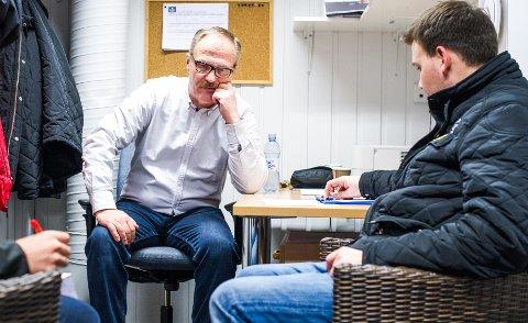 TRYKKET STEMNING: Jarmo Tolvanen (til venstre) i dyster samtale med keepertrener Bjørge Josefsen etter kampslutt. Foto: Johnny Leo Johansen
