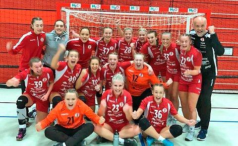 LYKKELIG GJENG: FBK-jentene smilte bredt etter triumfen over Larvik søndag. Foto: Privat